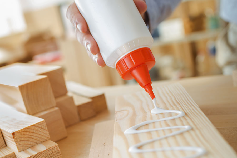 Comment coller une feuille de papier sur du bois?